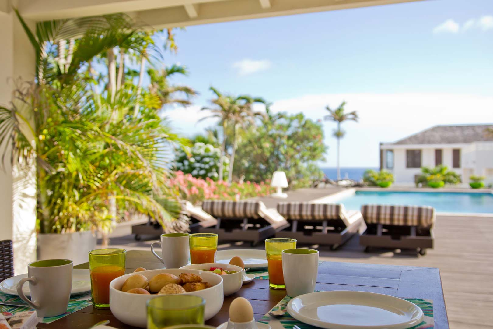 Heerlijk buiten eten met uitzicht op het zwembad