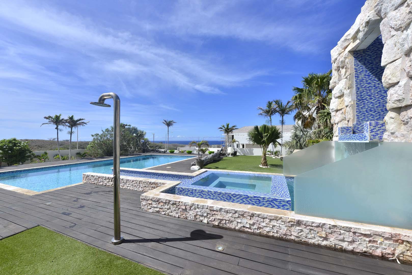 Het zwembad met jacuzzi, buitendouche én er is een extra gastentoilet in de tuin